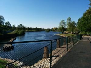 Utsikten från nya cykelbron i Hjulsbro, mot bryggeriet